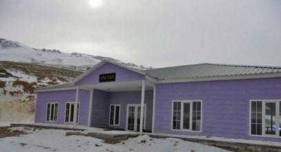 Karmod prefabrik binolari yana choqqida, Ergan tog'larida joylashgan tosh markazi uchun yangi bino
